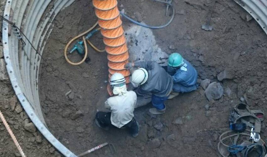 削岩機で岩盤を砕く(鉄塔基礎工事・堀削)