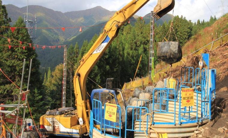 ショベルカー 鉄塔 建設 基礎工事 現場 岐阜県関市板取