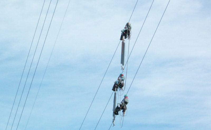 相間スペーサー 取付 送電線 鉄塔 架線電工 作業 風景 様子 職人 仕事 宙乗り