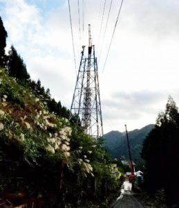 送電鉄塔組立工事 クライミングクレーン